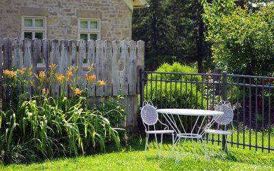 White Outdoor Patio Furniture  - islandworks / Pixabay
